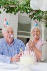 Старша пара сміятися на день народження — стокове фото