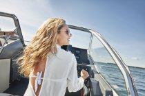 Jeune femme direction bateau, Gavle, Sweden — Photo de stock