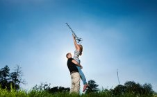 Pareja sosteniendo antena al aire libre - foto de stock