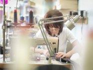 Reife Arbeiterinnen nähen in Bekleidungsfabrik — Stockfoto