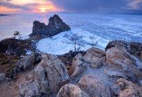 Скала Шаманка на мыс Бурхан на закат, озеро Байкал, остров Ольхон, Сибирь, Россия — стоковое фото