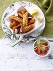 Salade et poisson frit — Photo de stock