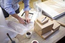 Homem bolha de corte na mesa na oficina criadores de imagens — Fotografia de Stock
