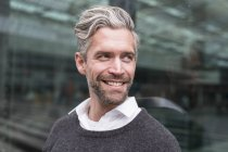 Портрет середині дорослої людини, на відкритому повітрі, посміхаючись — стокове фото