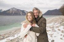 Retrato de pareja al lado de lago, Sonriente, Alpes alemanes, Alemania - foto de stock
