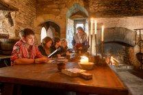 Studenti di storia al Castello di Bolton, edificio classificato di Grado 1 del XIV secolo e monumento antico pianificato . — Foto stock