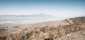 Посушливих скелястого пейзажу під Синє небо — стокове фото