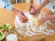 Жінки і дівчата, змішуючи інгредієнти — стокове фото