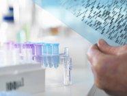 Forscher mit DNA-Gel bei genetischem Experiment im Labor — Stockfoto