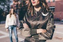 Sorelle gemelle, in piedi all'aperto, lontane l'una dall'altra, a metà sezione — Foto stock