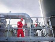 Travailleurs dans une installation souterraine de stockage de gaz — Photo de stock