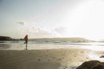 Reifer Mann laufen auf Sand, Küste — Stockfoto