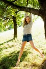 Улыбающиеся женщина, свисающие с деревьев — стоковое фото