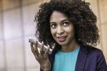 Молодий підприємець говорити на смартфон в офісі — стокове фото