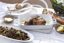 Côtelettes d'agneau avec taboulé menthe servis sur table — Photo de stock
