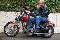 Зрілі лесбіянки пари їзда мотоцикл — стокове фото