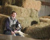 Женщина-фермер с собакой — стоковое фото