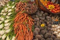 Montones de verduras frescas en el mercado callejero - foto de stock