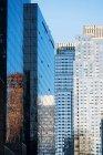 Офисные здания со стеклянными фасадами — стоковое фото