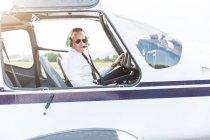 Pilote, assis dans la cabine de pilotage d'avion — Photo de stock