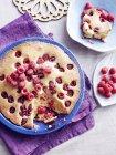 Bodegón de pastel de bublanina checa con frambuesas - foto de stock