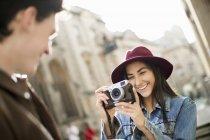 Giovane donna fotografare uomo — Foto stock