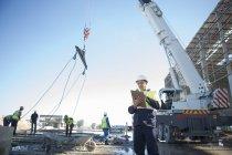 Bauleiter mit Klemmbrett auf Baustelle — Stockfoto