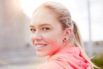 Портрет девочка подросток, оглядываясь через плечо на камеру, улыбаясь, Рейкьявик, Исландия — стоковое фото