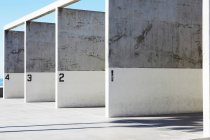 Beschriftete Betonwände im hellen Sonnenlicht — Stockfoto