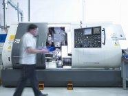 Ingenieur arbeitet mit CNC-Drehmaschine in der Fabrik — Stockfoto