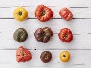 Pomodori di Heirloom sulla tavola di legno rustico — Foto stock