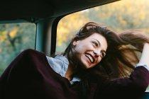 Молода жінка користуються їзди на автомобілі — стокове фото