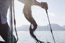 Homme tenant le poisson en filet, Aure, Norvège — Photo de stock