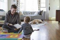 Père et jeune fils à la maison, jouer — Photo de stock