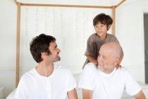 Tre generazioni di uomini a letto — Foto stock