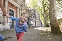 Хлопчик дивиться в камеру на вулиці, Лондон, Великобританія — стокове фото