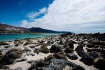 Пляж з каменів і лівійського моря — стокове фото