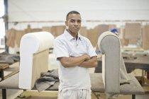 Портрет молодого чоловічого upholsterer в майстерні — стокове фото