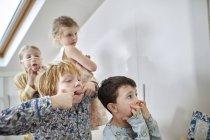 Crianças fazendo caretas na sala loft — Fotografia de Stock