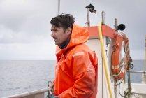 Вид збоку рибалки, які працюють на човні — стокове фото