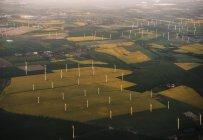 Turbinas eólicas no campo verde, vista aérea — Fotografia de Stock