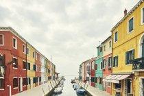 Традиционные разноцветные дома на канале, Бурано, Венеция, Италия — стоковое фото