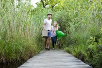 MID дорослий пару біг уздовж Пірса на березі озера — стокове фото