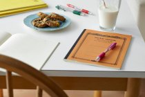 Кухонный стол натюрморт с ноутбуками, печеньем и молоком — стоковое фото