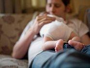 Батько тримає новонароджений малюк — стокове фото