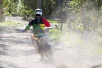 Задній вид молоді чоловіки мотокросу rider гонки на треку ліс — стокове фото