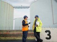 Travailleurs portuaires avec talkie-walkie — Photo de stock
