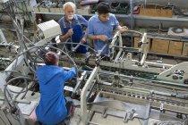 Ouvriers d'usine machines de travail — Photo de stock
