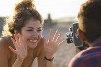 Giovane donna in posa per il fidanzato con fotocamera vintage — Foto stock
