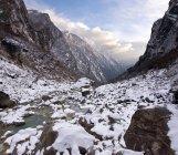 Снег в скалистой долине — стоковое фото